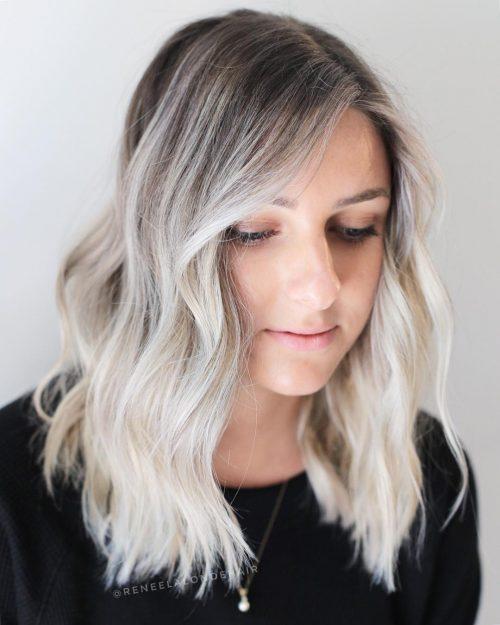 Aimable cheveux blancs moyennement ondulés