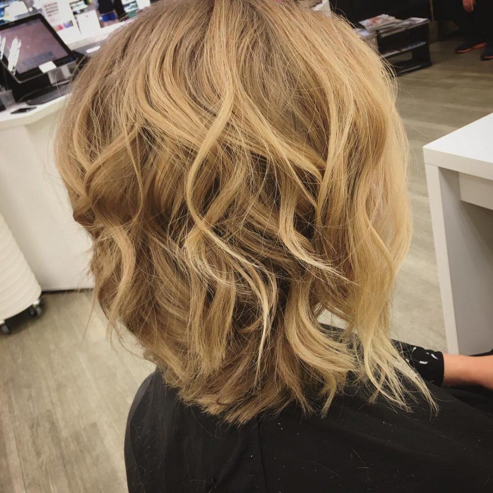 Une fringante coupe de cheveux beachy angled lob.