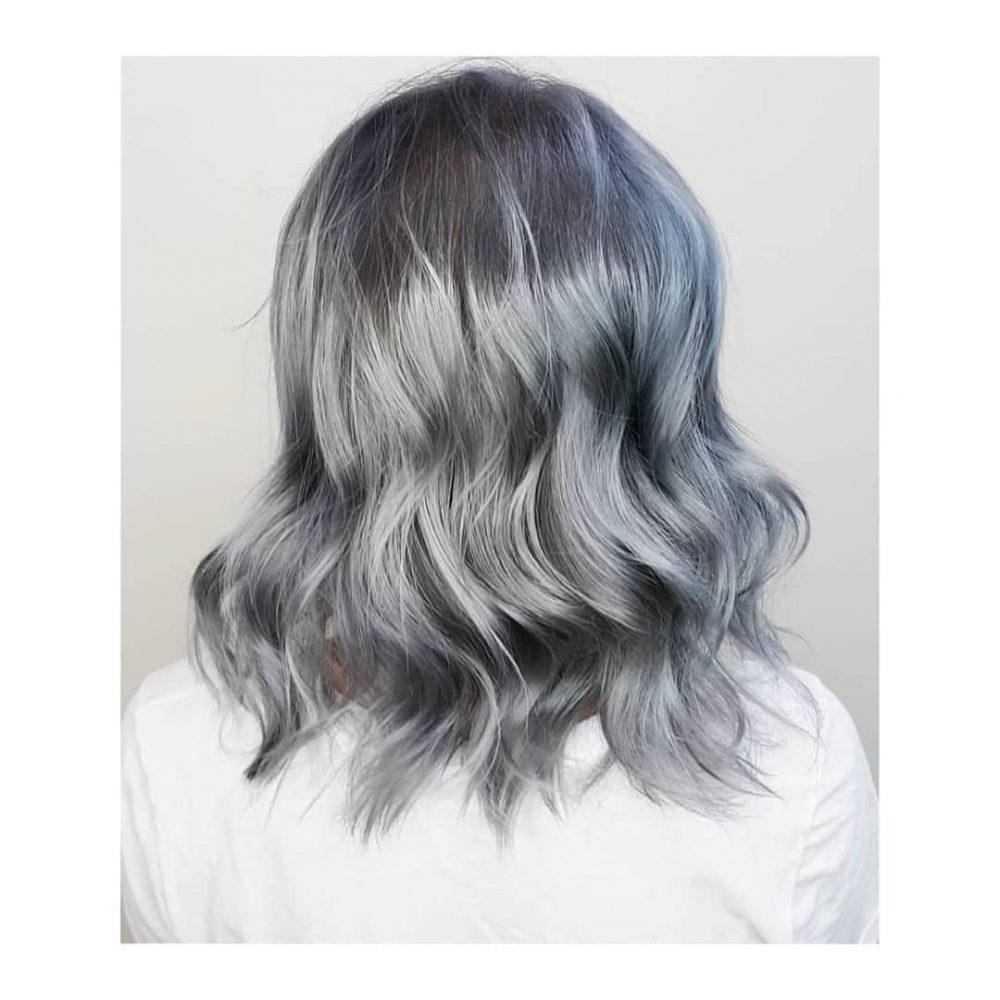La plus jolie couleur de cheveux gris acier avec des vagues