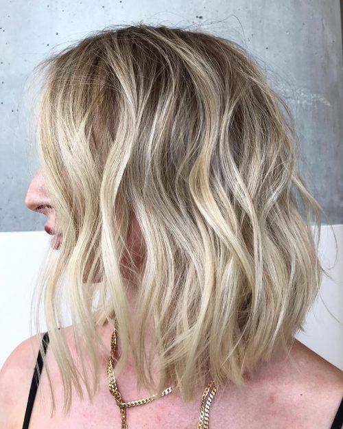 Cheveux ondulés moyens modernes