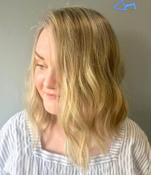 Cheveux naturellement ondulés avec une raie sur le côté