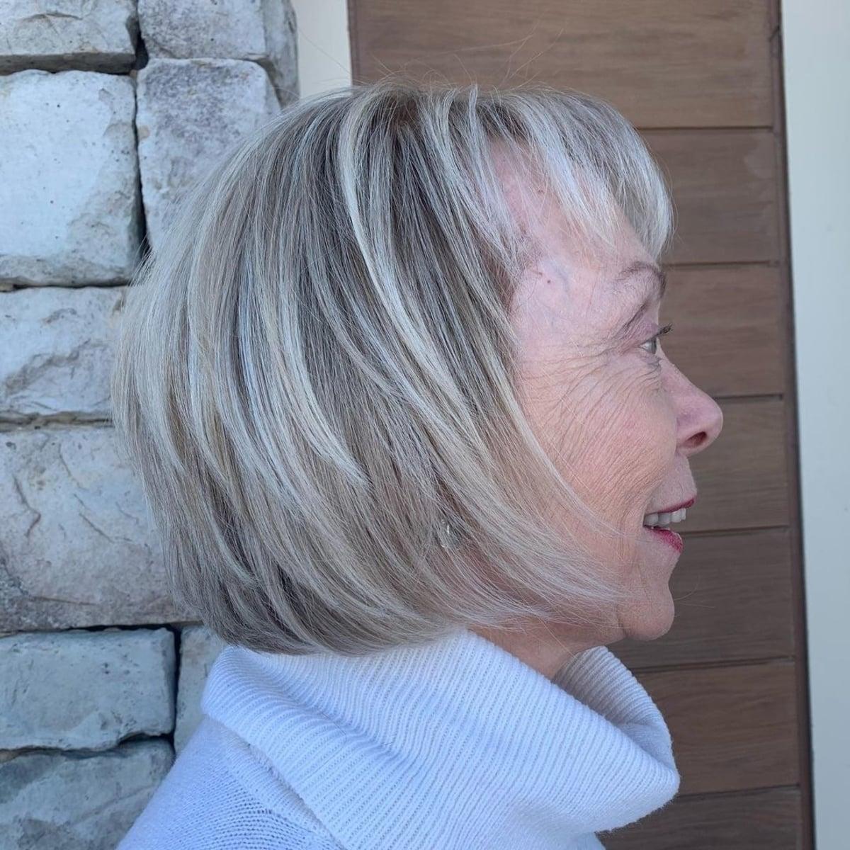 Layered bob pour cheveux gris et fins pour les femmes de plus de 60 ans