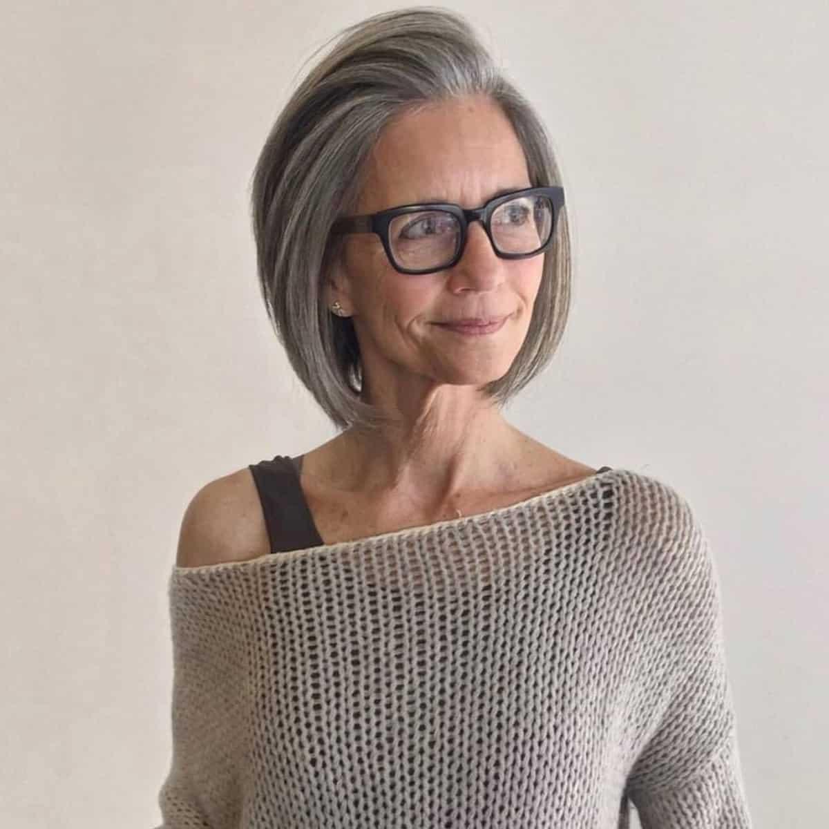 Bob à cheveux gris courts pour femmes âgées à lunettes