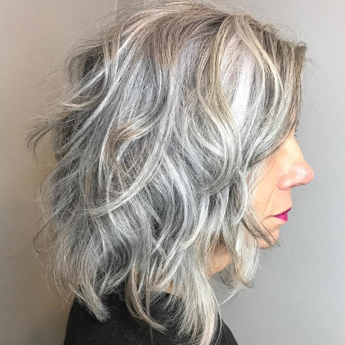 lob gris ondulé pour les femmes âgées de plus de 60 ans