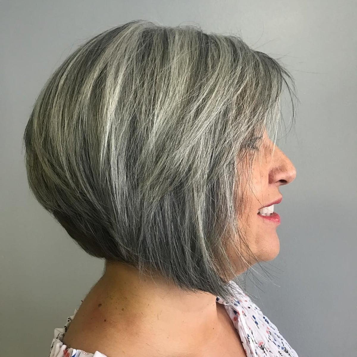 coupe courte grise pour les femmes de plus de 60 ans