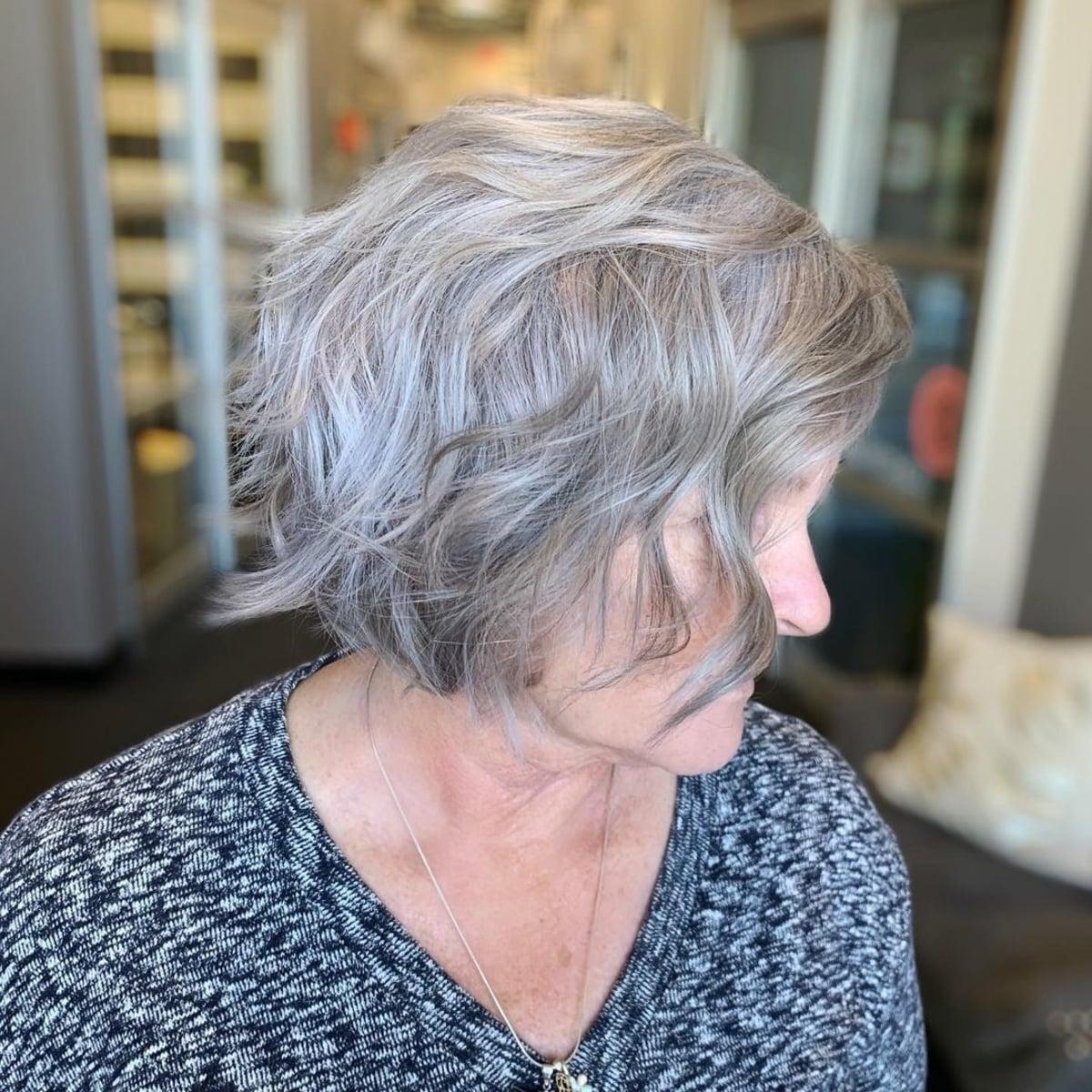 coupe courte pour cheveux grisonnants