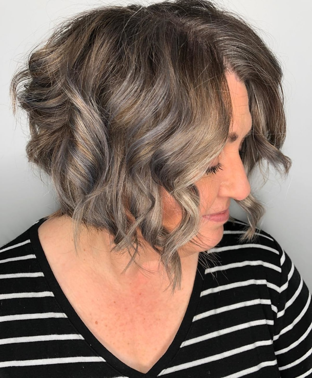 cheveux bouclés et ondulés pour les femmes de plus de 60 ans
