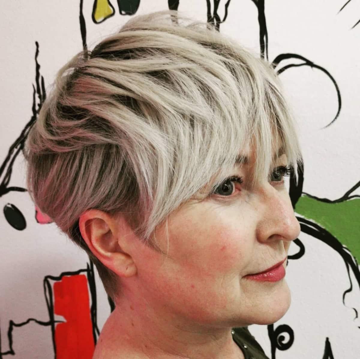 pixie gris avec frange ondulée pour les femmes de plus de 60 ans