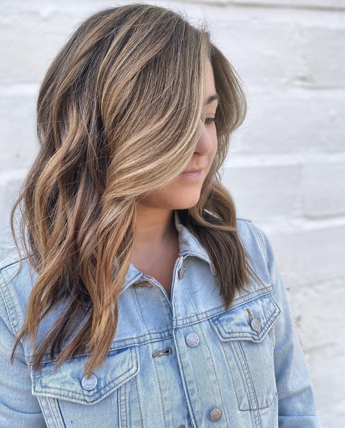 mèches blondes partielles sur cheveux bruns