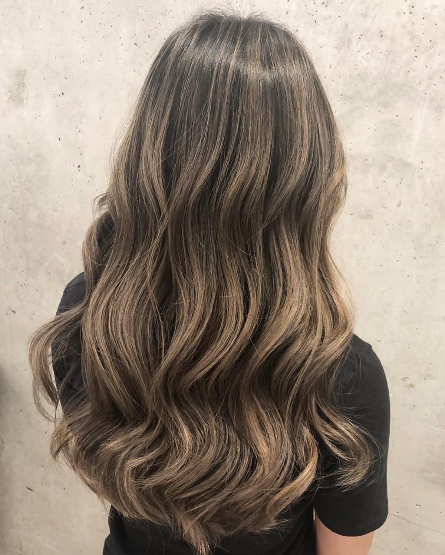 mèches partielles sur cheveux bruns foncés