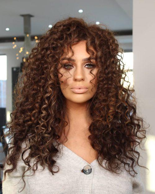 Cheveux bouclés chauds avec une longue frange
