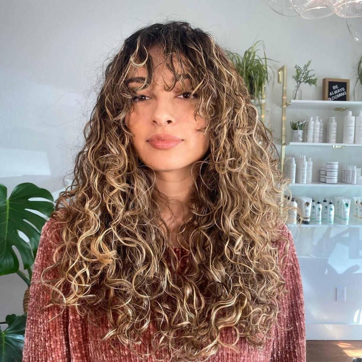 Cheveux longs bouclés avec une longue frange
