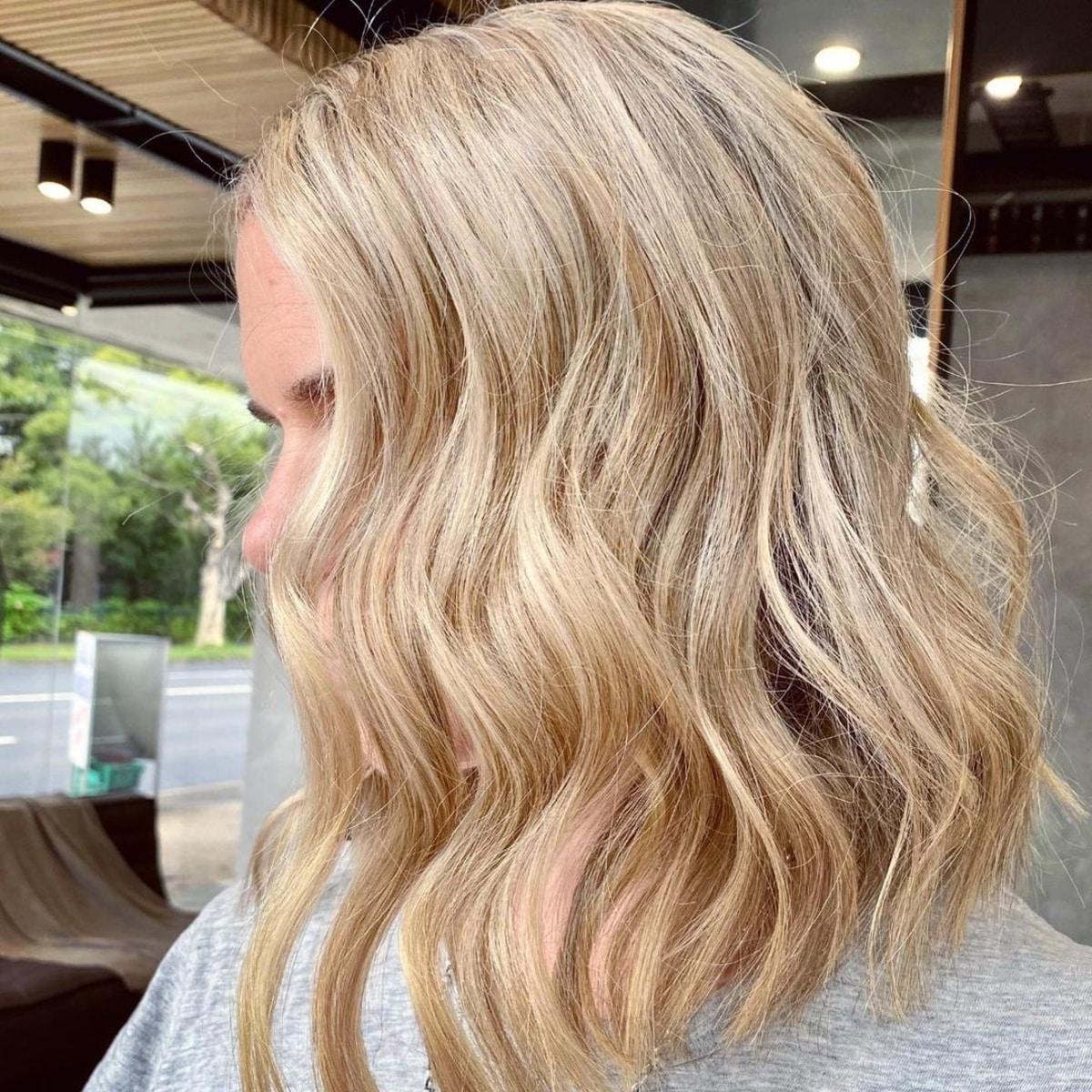 Coiffure longue blonde ondulée
