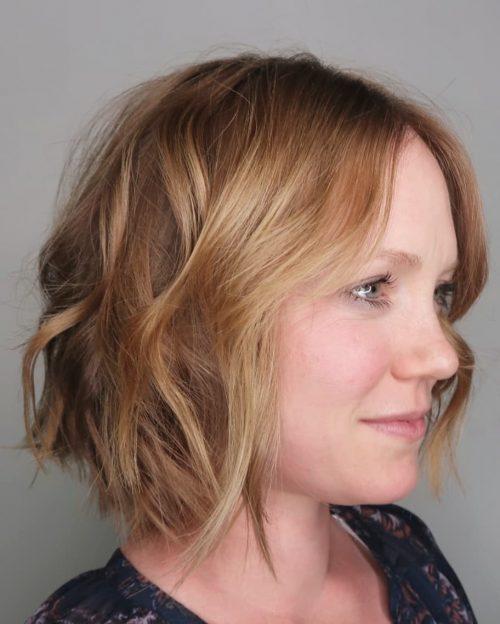 Remarquables cheveux ondulés jusqu'au menton