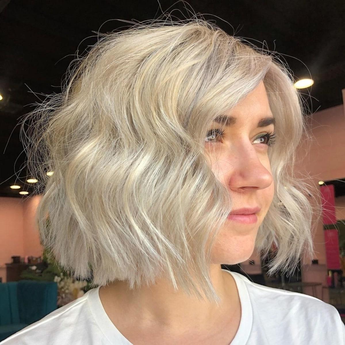 Coupe de cheveux ondulée et dégradée