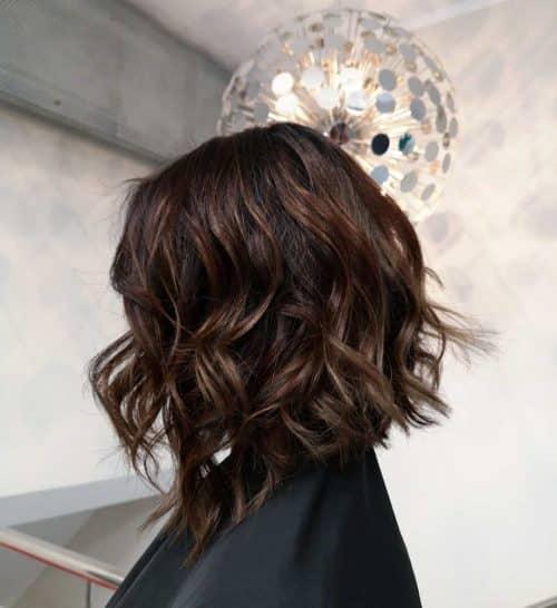 Coupe de cheveux ondulée à l'épaule