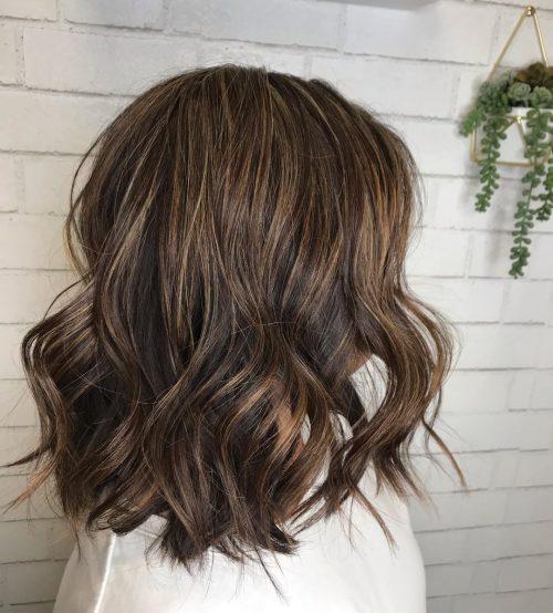 Coupe de cheveux bruns ondulés