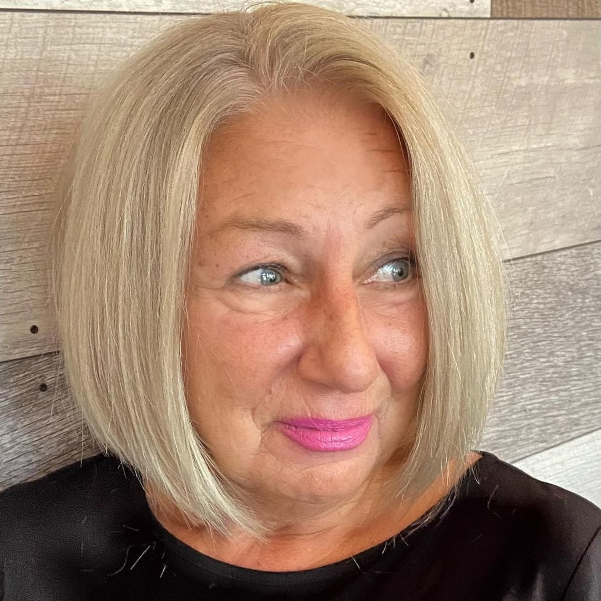 Bob pour les femmes de plus de 60 ans aux cheveux raides et au visage rond