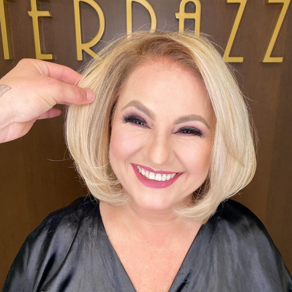 coupe longue et texturée pour les femmes plus âgées au visage rond.