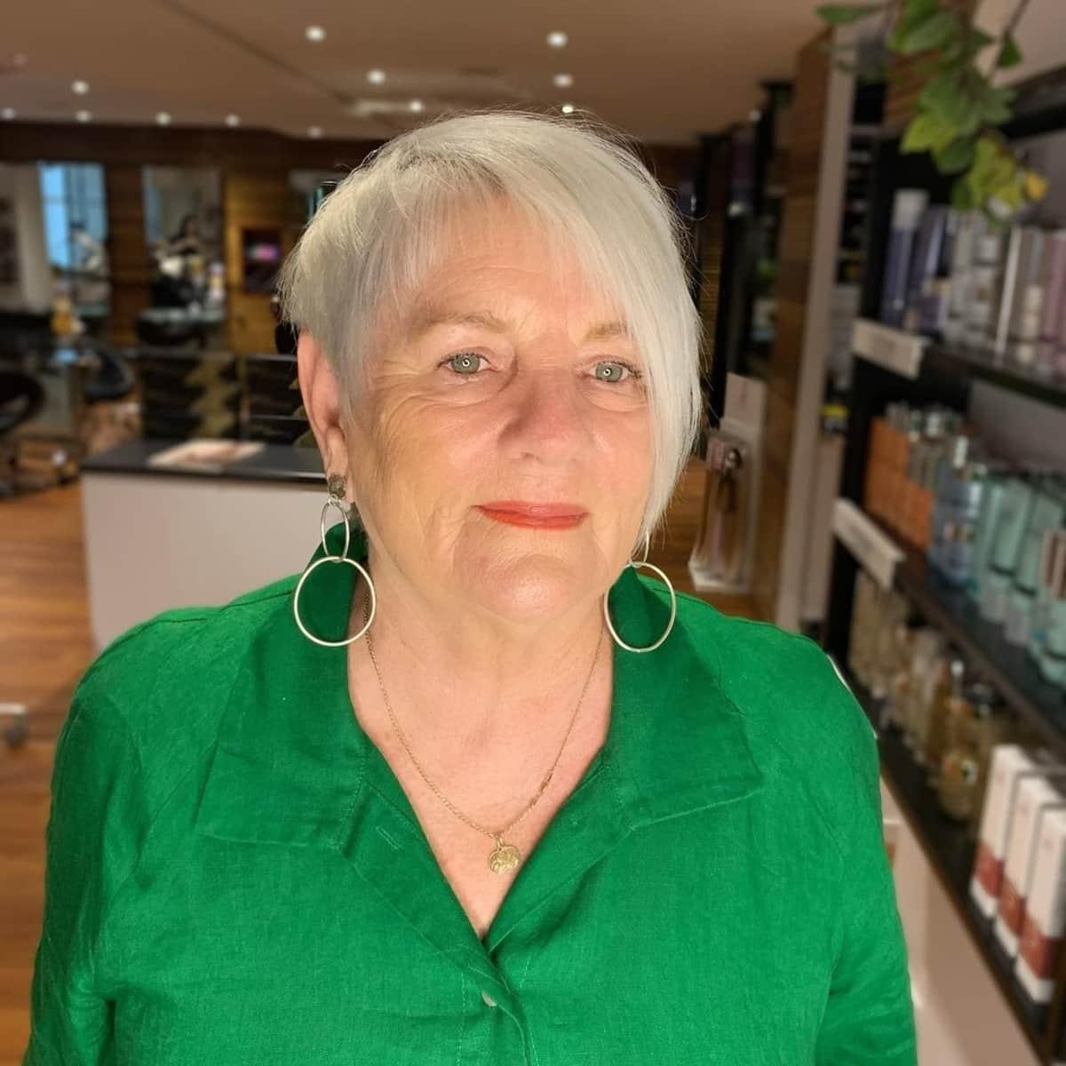 long pixie choppy avec frange pour les femmes de 60 ans aux cheveux gris
