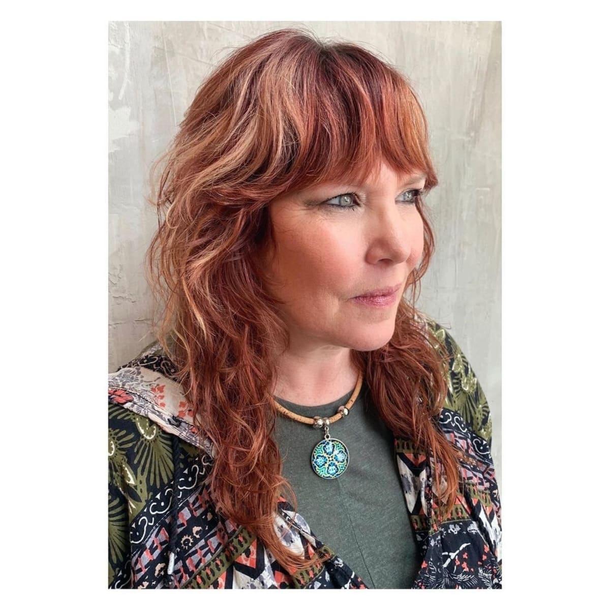 coiffure à franges avec rideau pour les femmes de 60 ans et plus