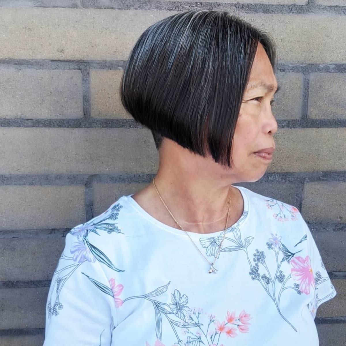 ligne a avec une sous-coupe pour les femmes de plus de 60 ans aux cheveux épais