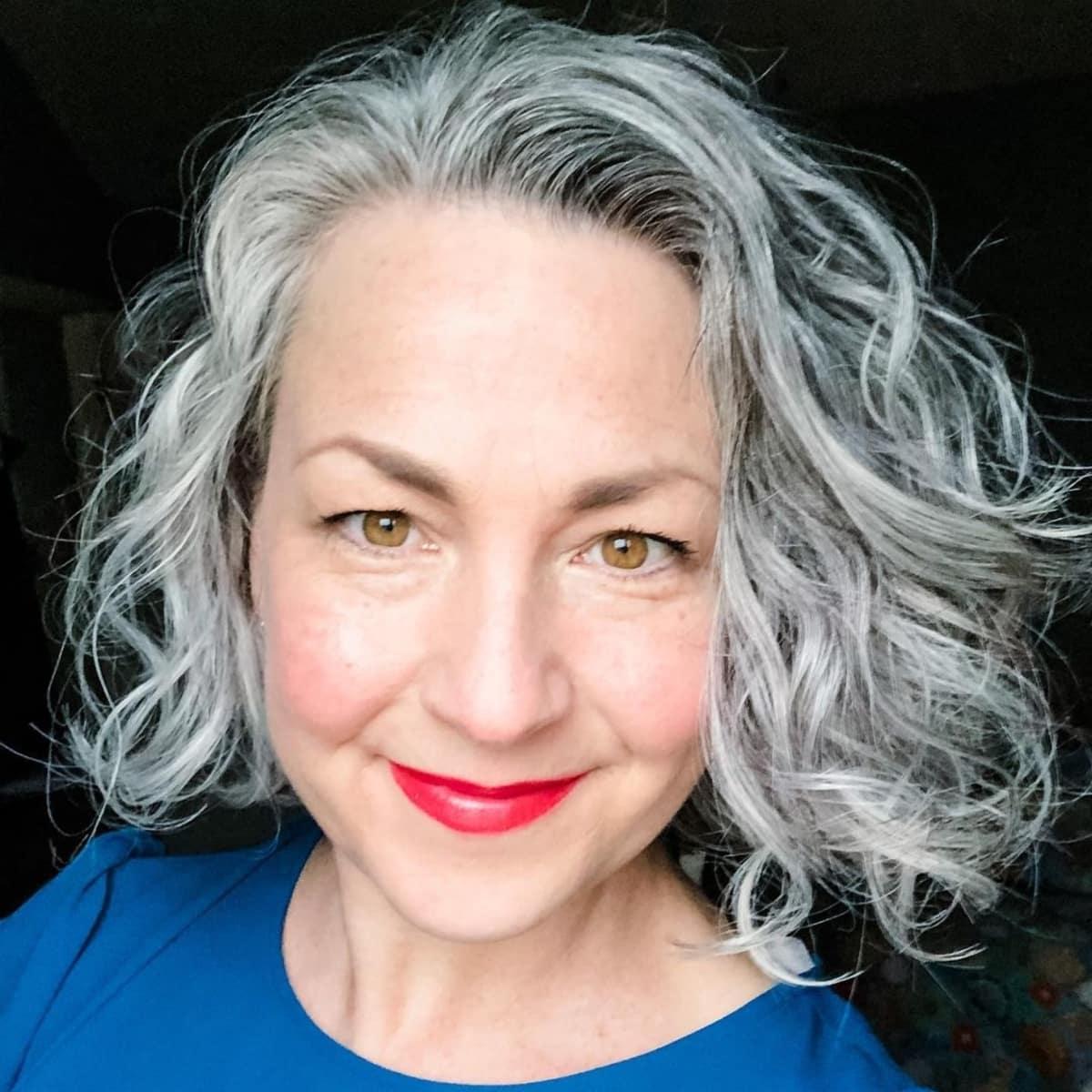 coiffure argentée ondulée de longueur moyenne