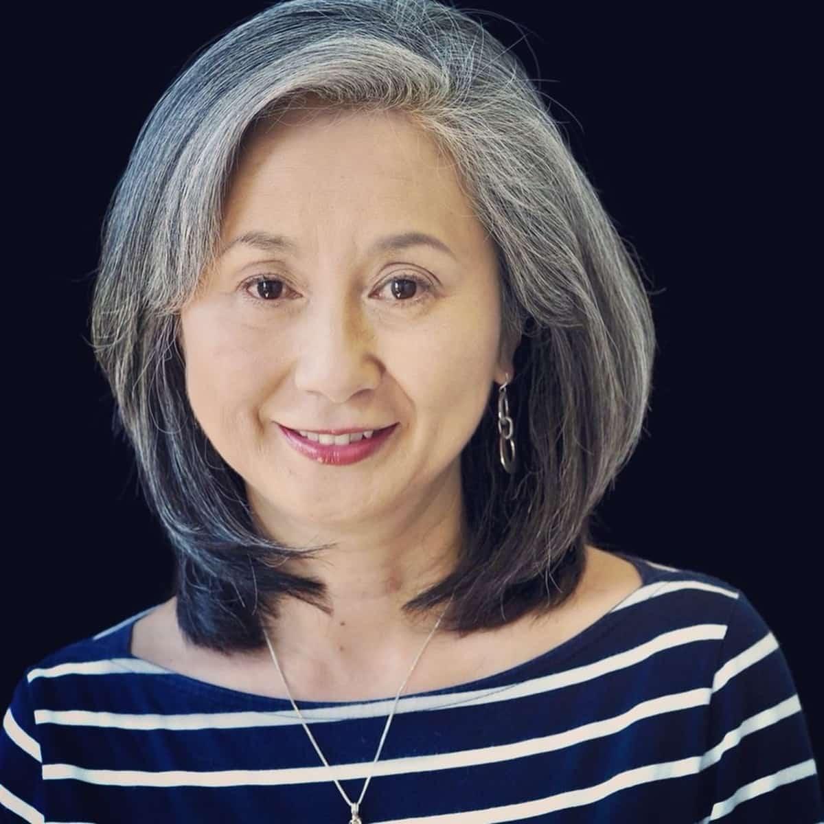 coiffure longue avec ombre grise pour dames âgées