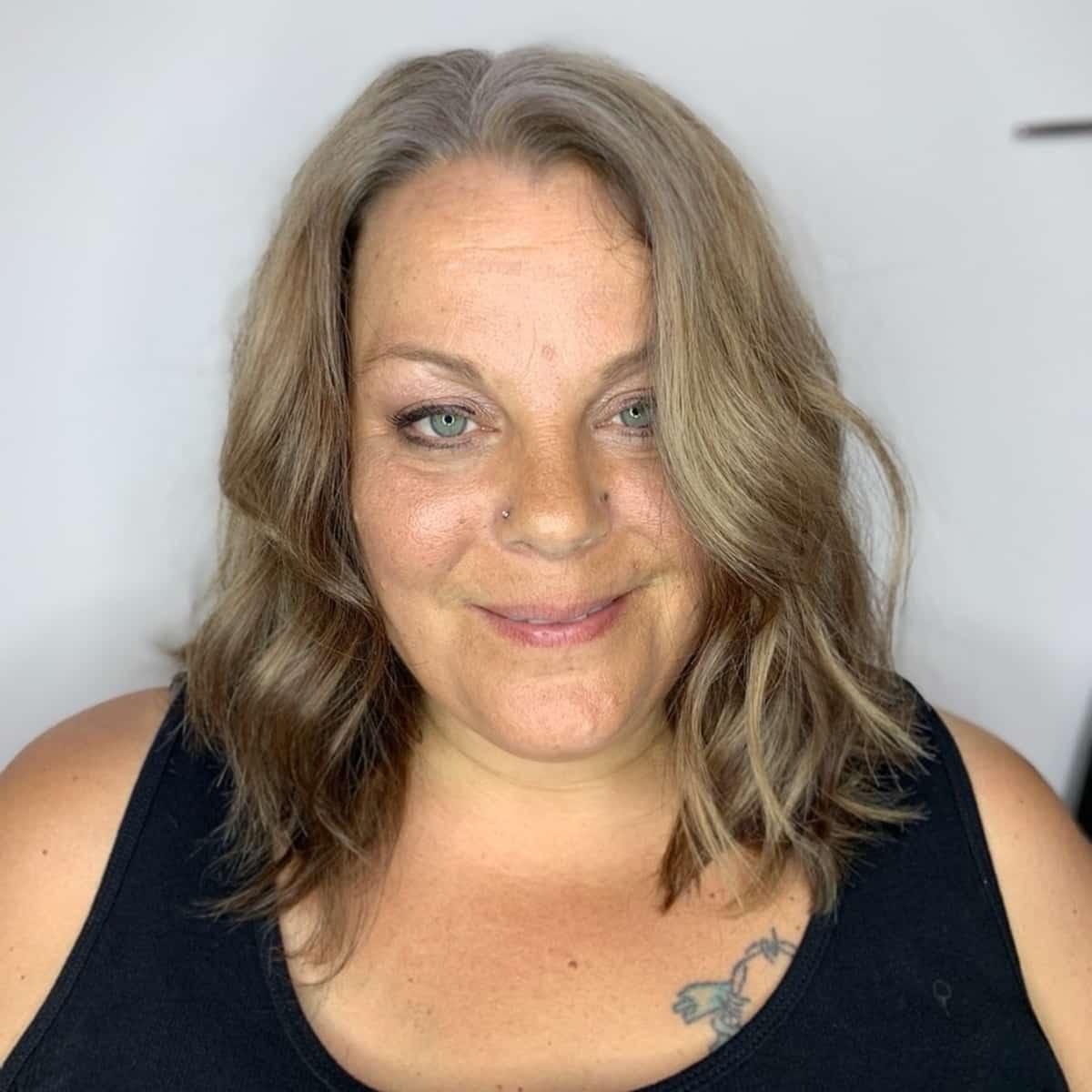 coupe longue pour femme de plus de 60 ans au visage poupin