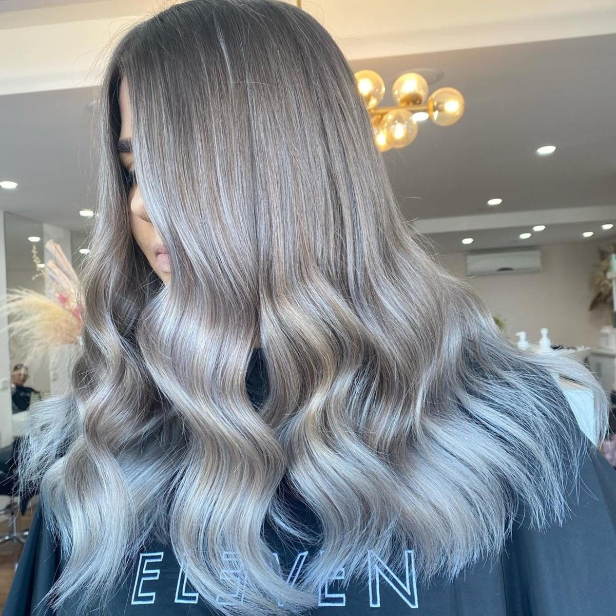 ombre de cheveux bruns à blond cendré foncé