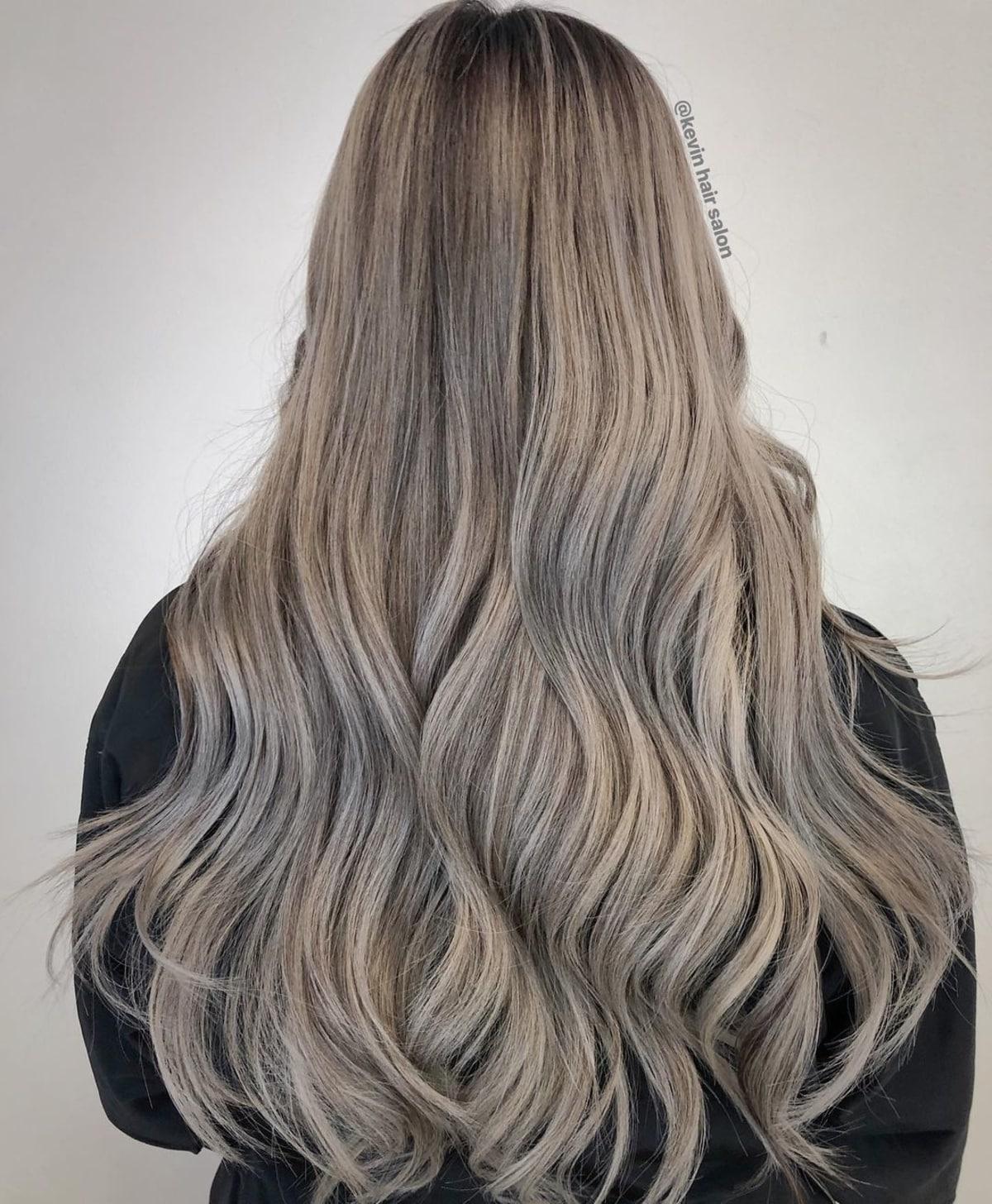 blond cendré foncé sur les femmes aux cheveux bruns