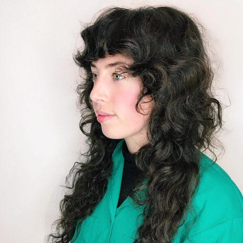 Impressionnants cheveux longs bouclés avec frange