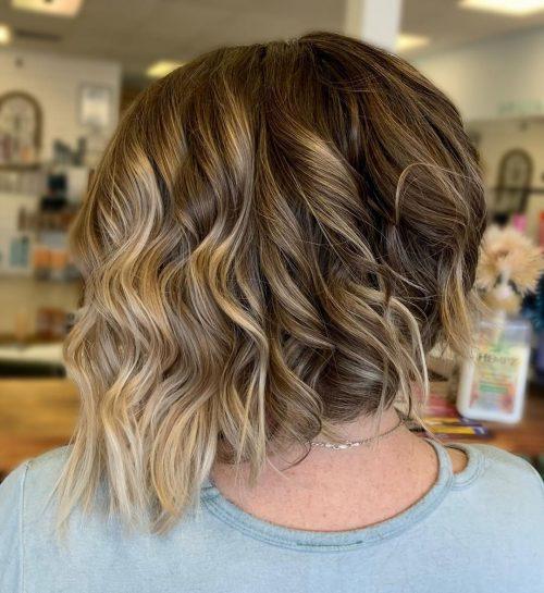 Cheveux courts ondulés et anguleux
