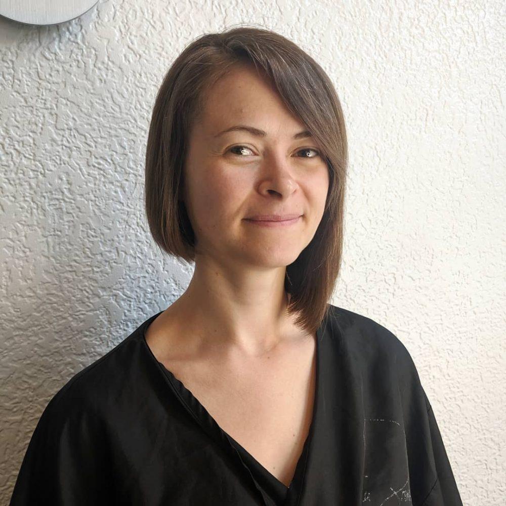 coupe de cheveux droite asymétrique avec frange latérale