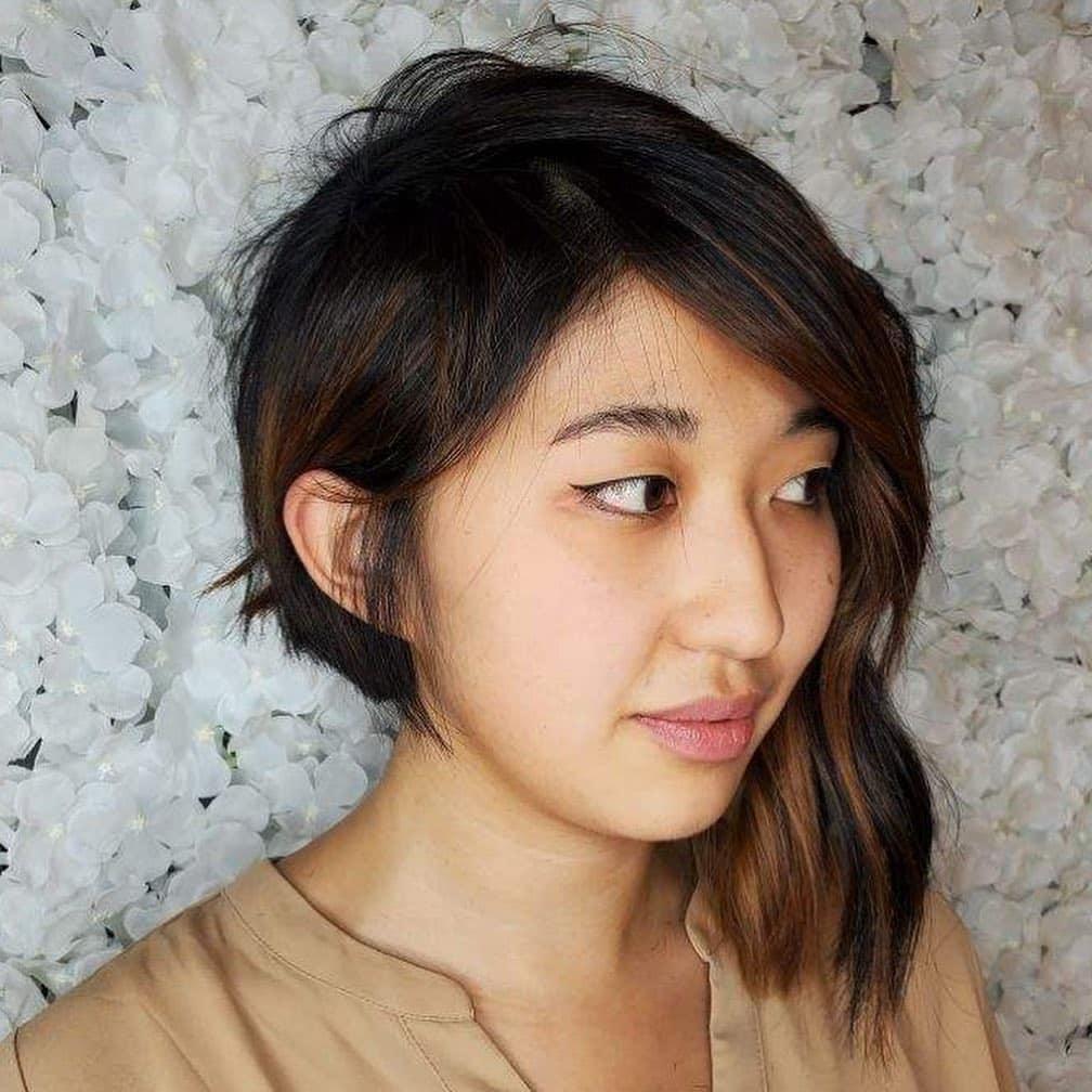 coupe de cheveux asymétrique courte avec frange