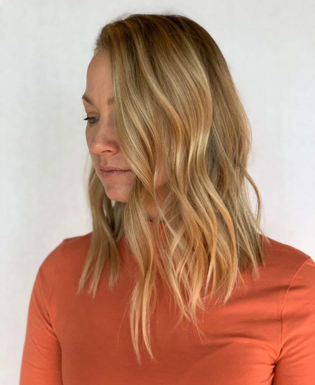 coupe de cheveux asymétrique de longueur moyenne