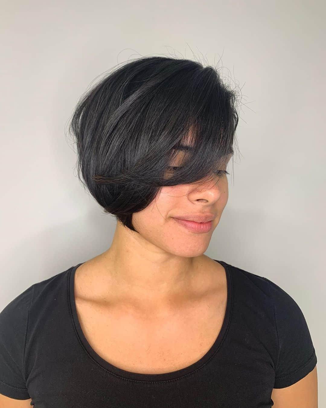 coupe de cheveux asymétrique en couches superposées