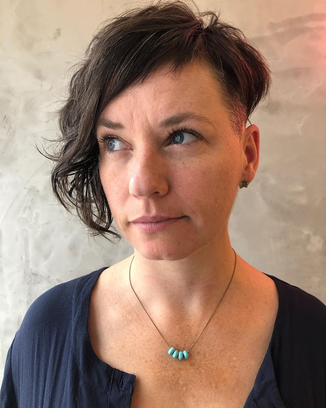 Coupe de cheveux courte asymétrique Edgy Pixie