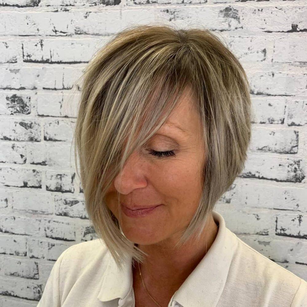 coupe de cheveux asymétrique idéale pour les femmes de plus de 50 ans