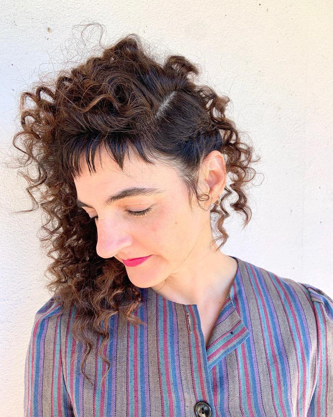 coupe de cheveux asymétrique pour cheveux longs et bouclés