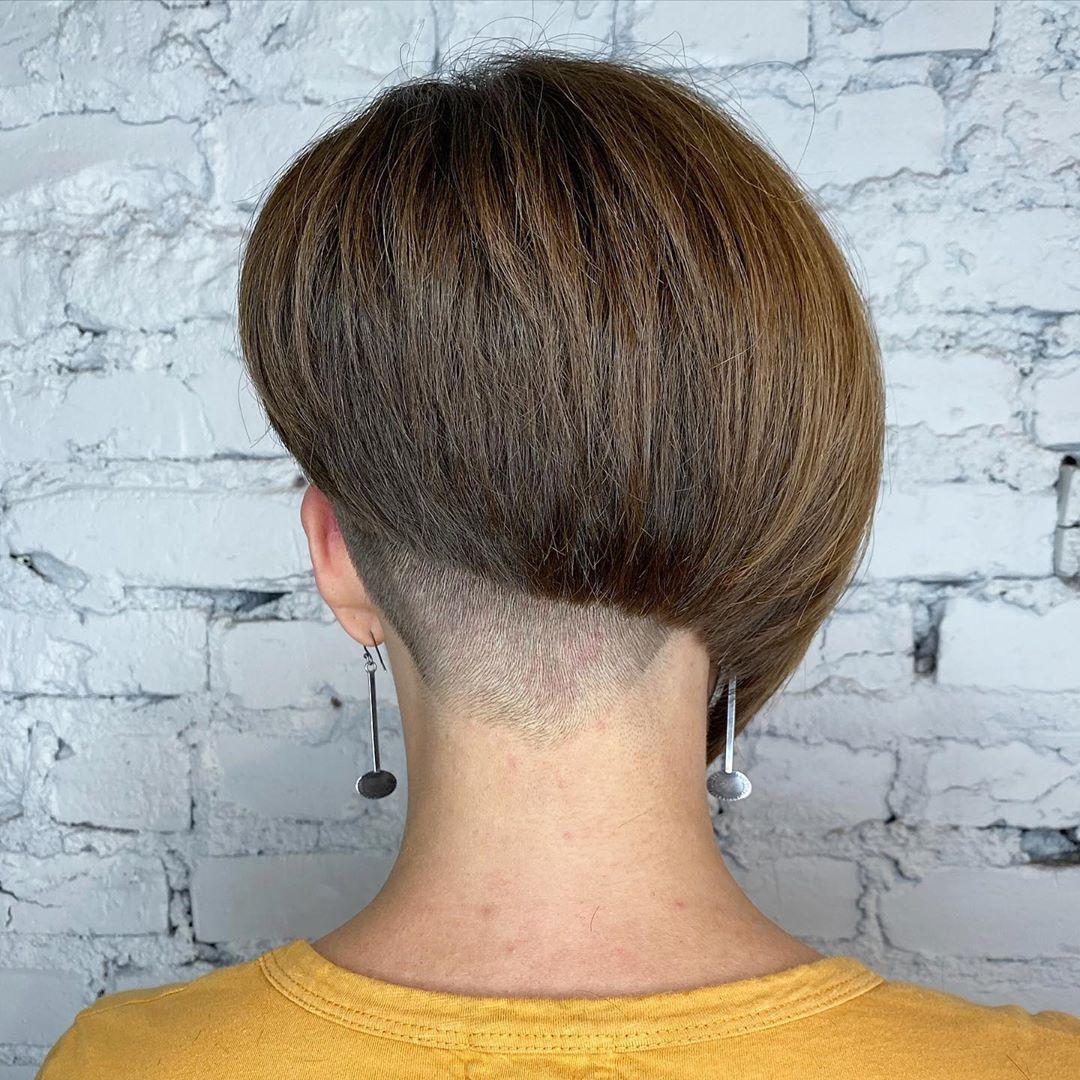 coupe de cheveux asymétrique pour cheveux épais