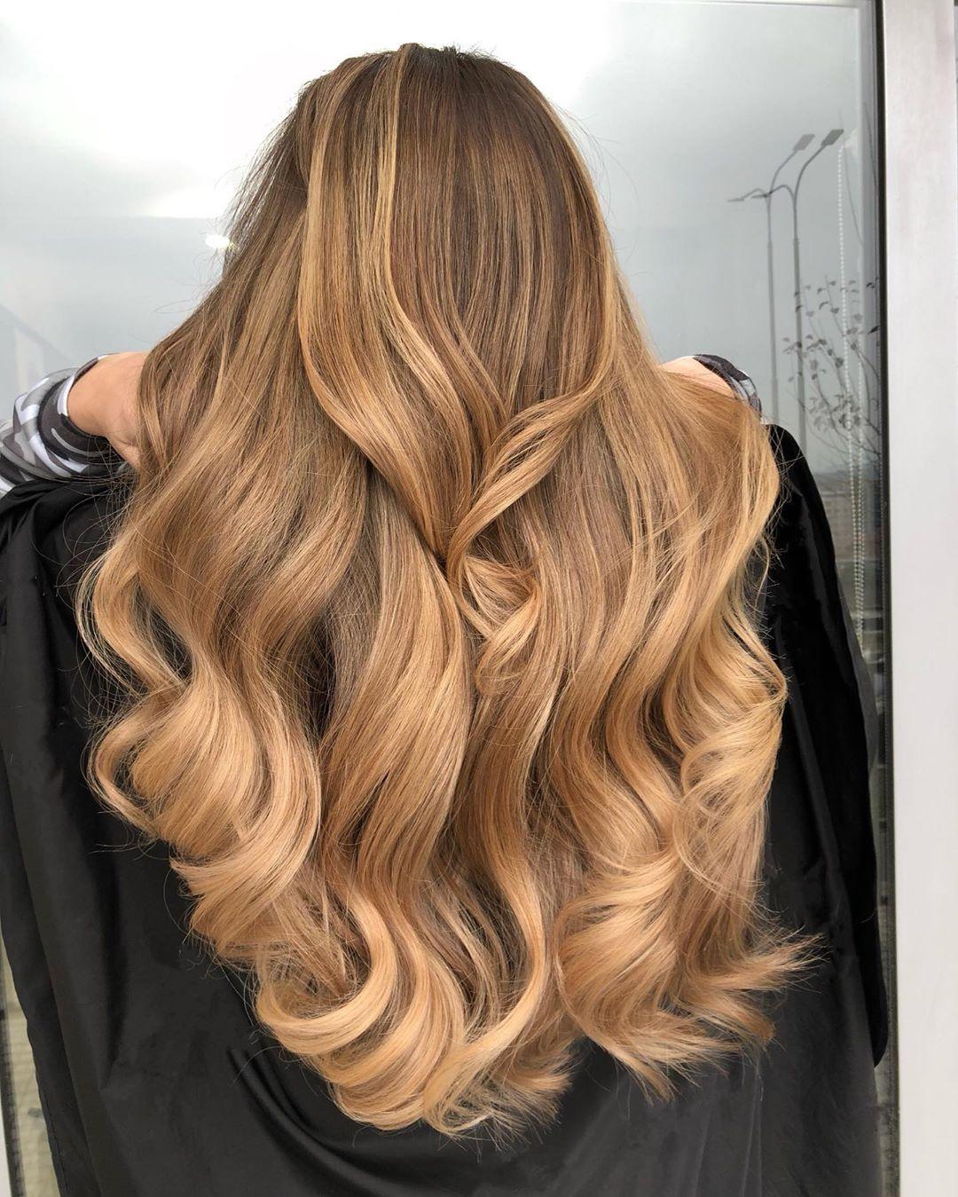 cheveux châtain doré clair avec des reflets caramel