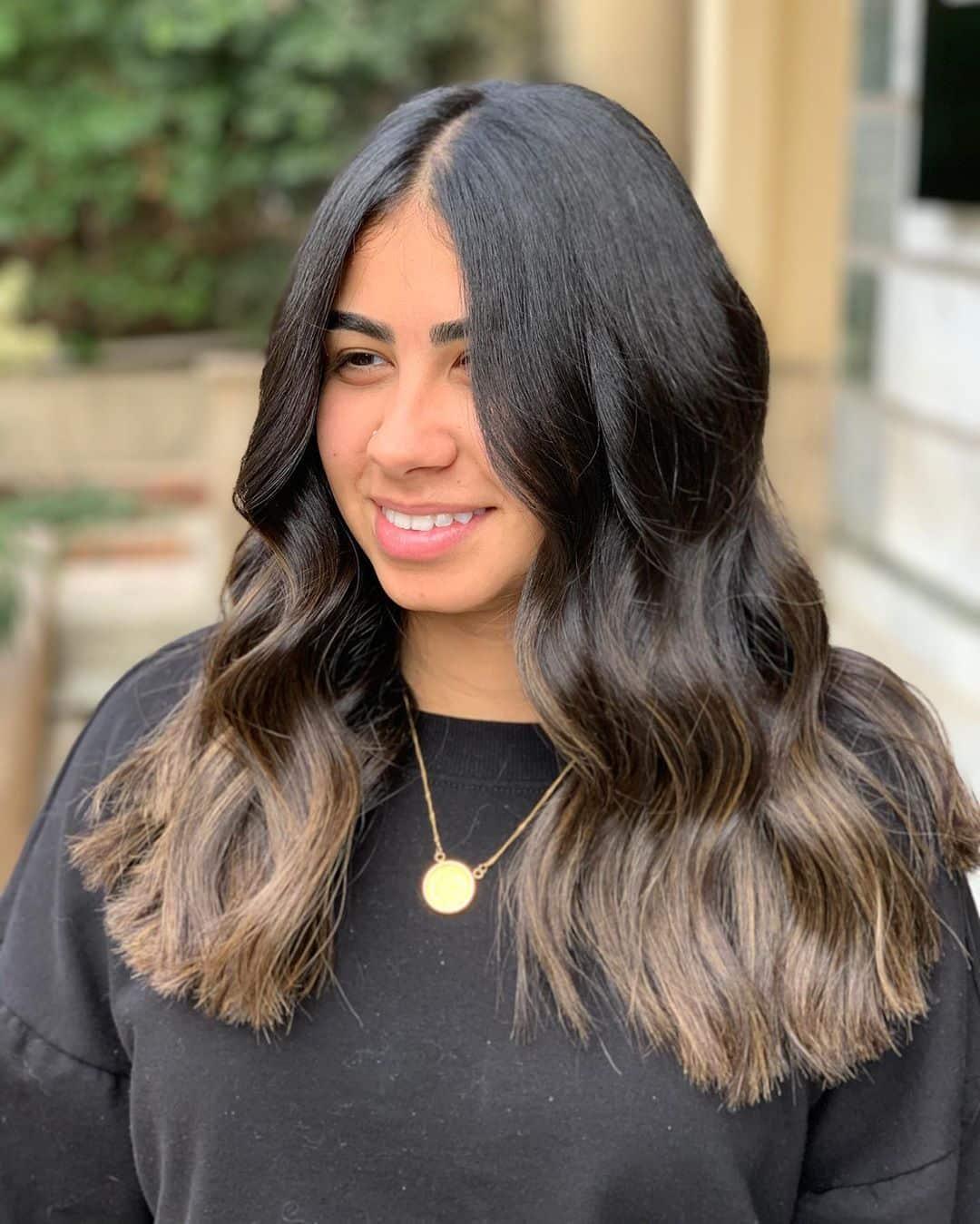 ombrage de cheveux noir à brun doré clair