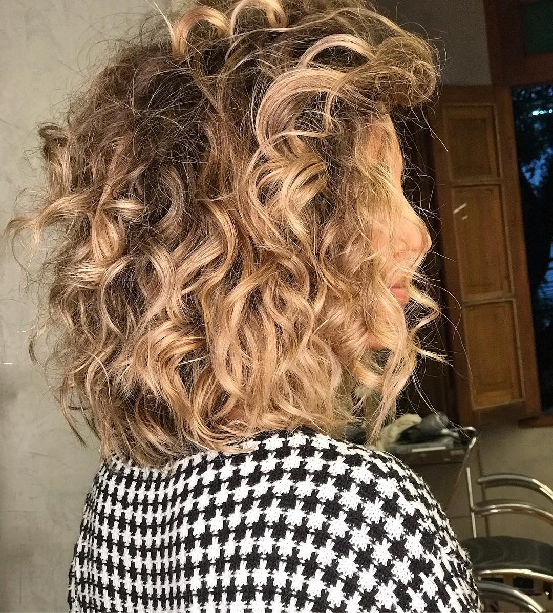 cheveux bouclés brun doré clair