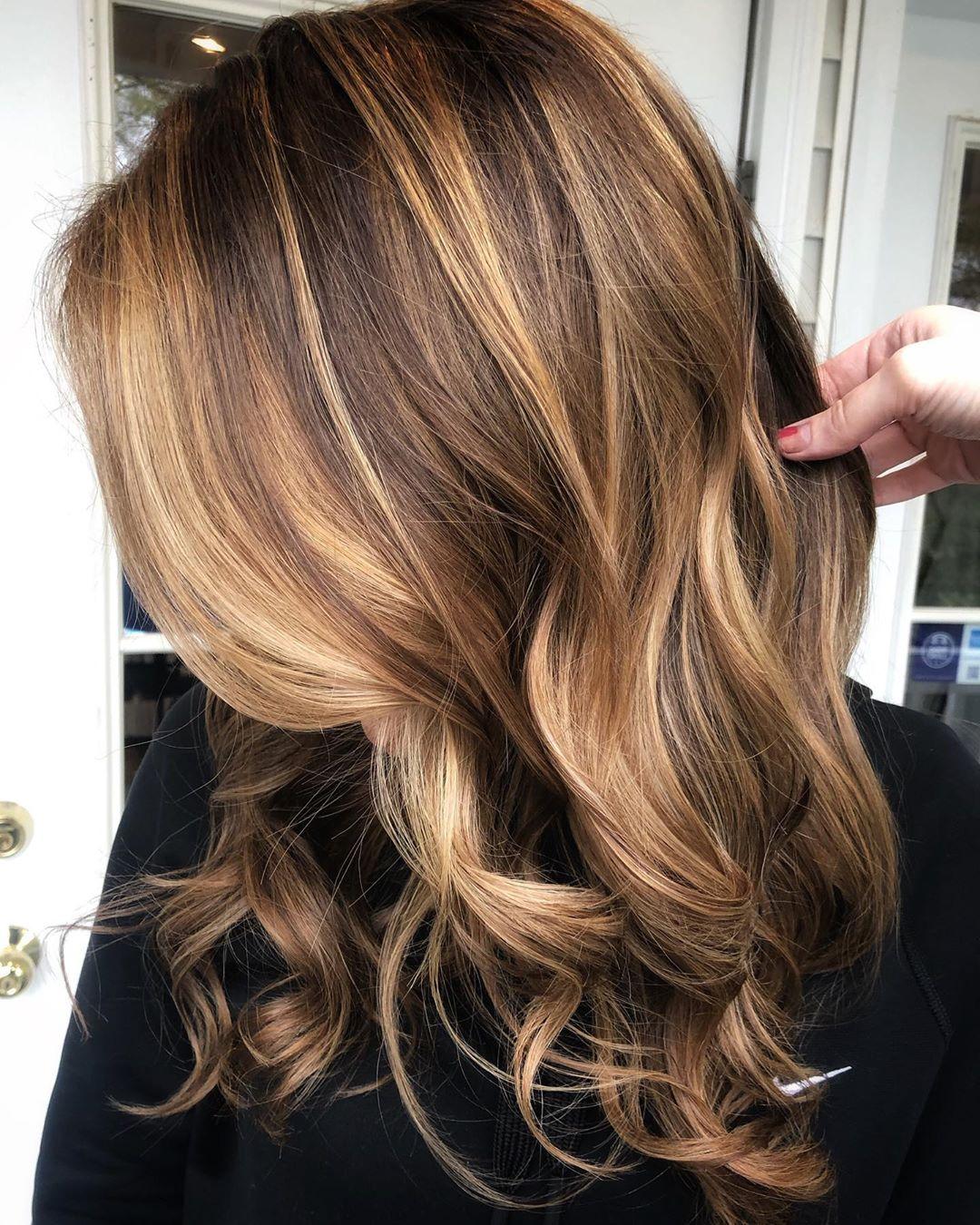 balayage de cheveux brun doré clair