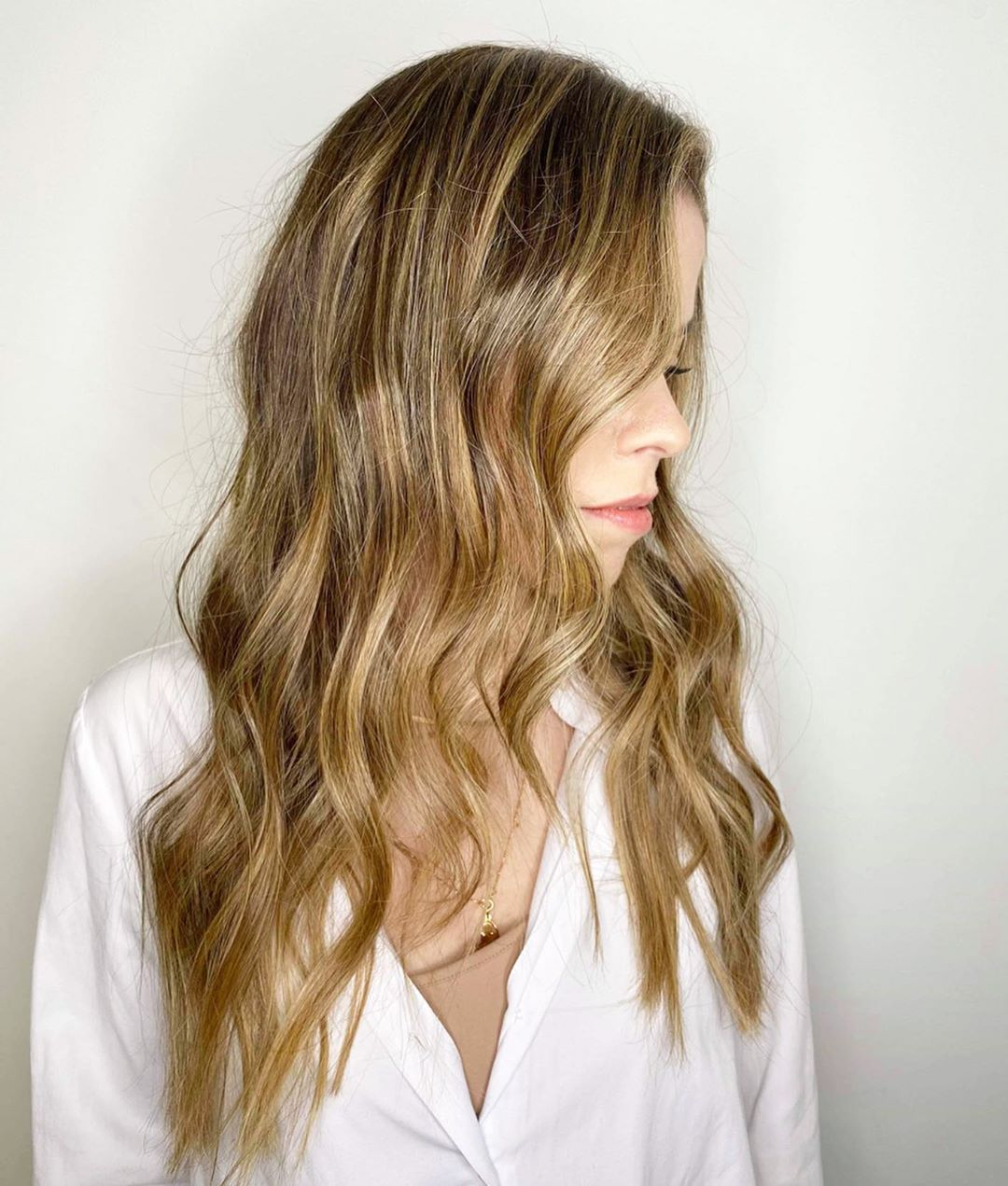 cheveux châtain doré clair avec des reflets blonds