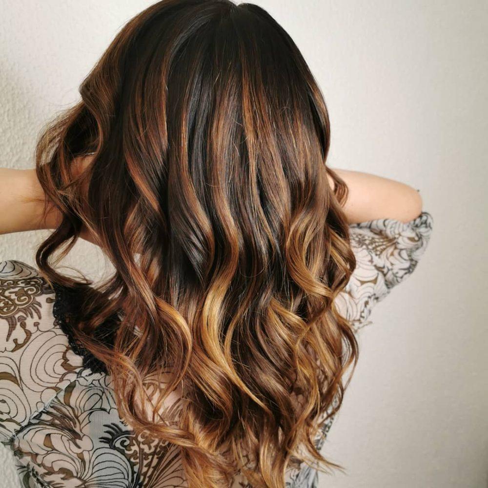 Mèches brun doré clair sur cheveux noirs