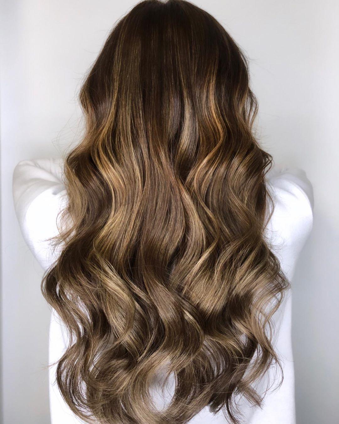 Brun doré clair sur cheveux brun foncé