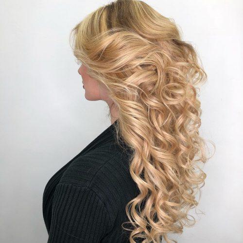 Cheveux bouclés blond-fraise