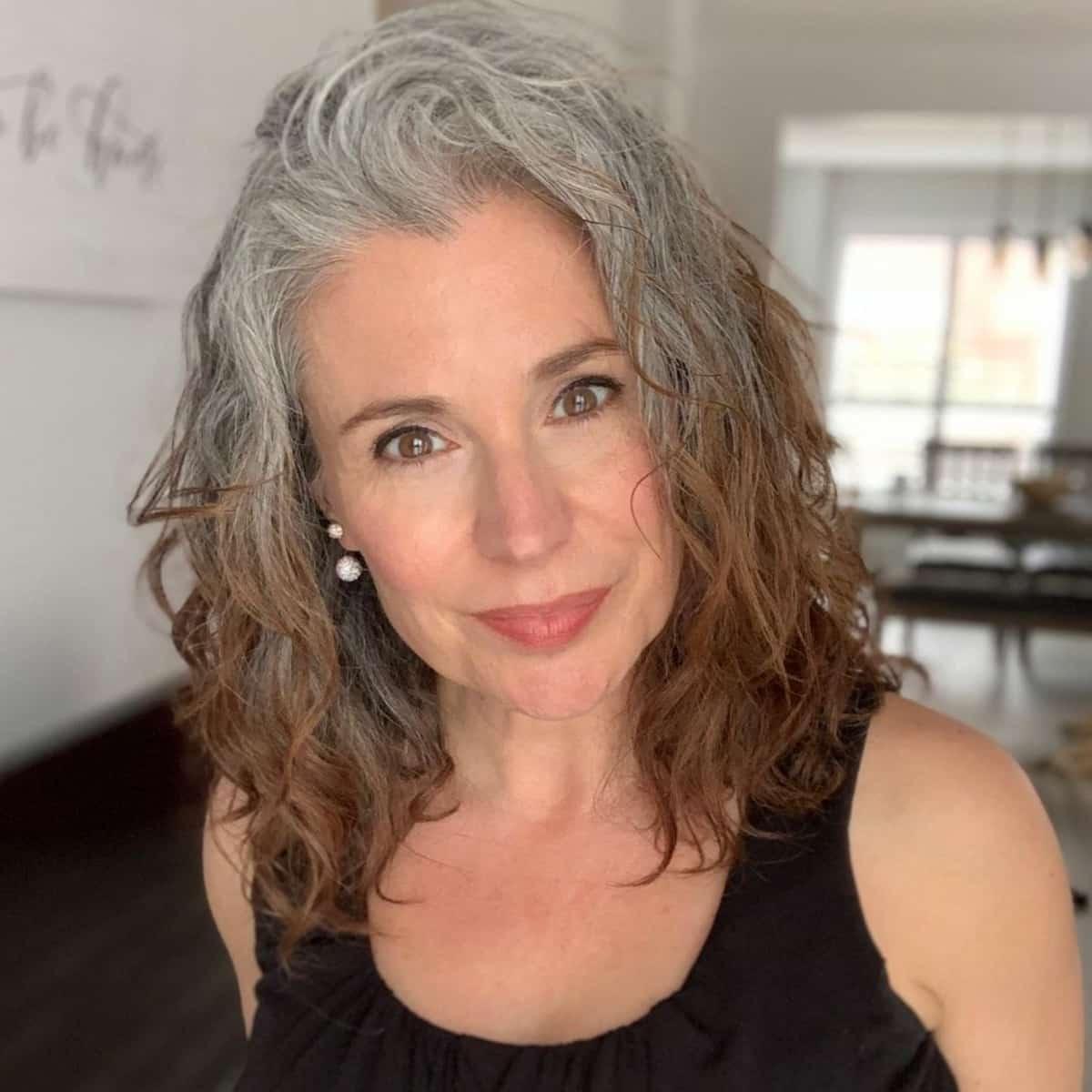 Lob ondulé avec ombre pour les femmes de plus de 50 ans aux cheveux épais.